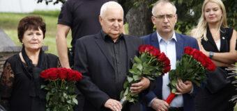 Владимир Бидёвка и парламентарии возложили цветы к бюсту первого Главы ДНР Александра Захарченко