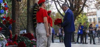 Представители органов власти и жители Республики возложили цветы к месту гибели Александра Захарченко